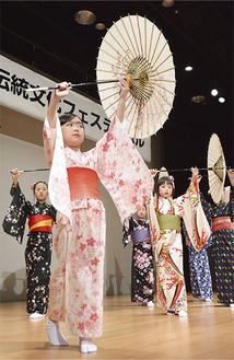 可愛らしい日本舞踊を披露