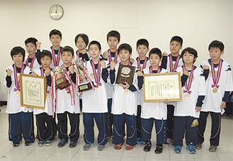 県大会優勝のメダルを掛け、報告に訪れた選手たち