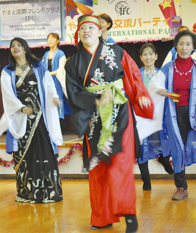 色々な国の人も参加した夢恋連による「よさこい踊り」