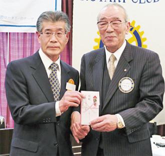 寄付金を手渡す河西会長(右)と小木曽理事長