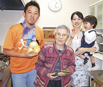 右から柳澤さん、利用者の山崎政子さん、野間施設長