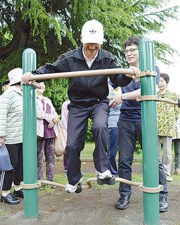 講師の説明を受けながら、運動を楽しむ参加者