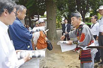 甲冑姿で説明する大津さん。渋谷区の金王八幡宮の宮司や大木市長らも参加した