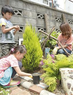 熱心に花壇作りに励む参加者
