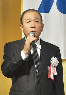 挨拶に立つ加藤新会長