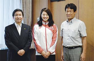 大木市長(左)に世界水泳出場を報告する青木選手(中央)と野口会長(右)