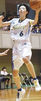 シュートを打つ富井さん(6月、インターハイ県予選決勝リーグにて)