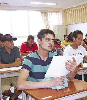授業で真剣に耳を傾ける生徒たち