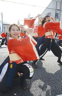 鮮やかな衣装で踊る出演者たち