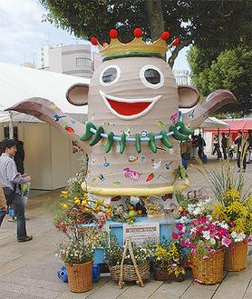 産業フェアのキャラクター、ヤマトタクミノカミ「匠ちゃん」も駅東側にお目見えする