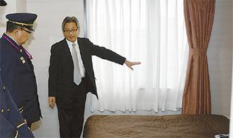 説明を受ける萩野谷消防長(左)
