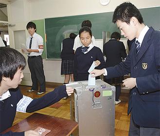 本物の投票箱に用紙を投じる生徒たち