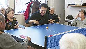 卓球バレーを楽しむ福澤さん