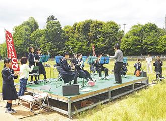 自然の中で楽器を奏でる部員たち