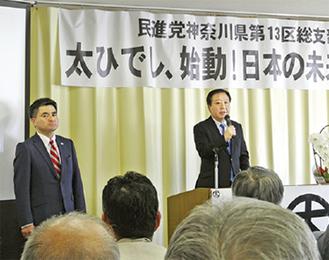講演する野田氏と太氏(左)