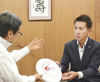 ディスクを市長に見せる吉川さん
