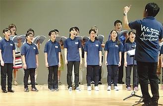 美しく歌い上げるメンバーたち