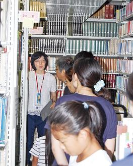 床から天井までびっしりと本が並ぶ地下書庫