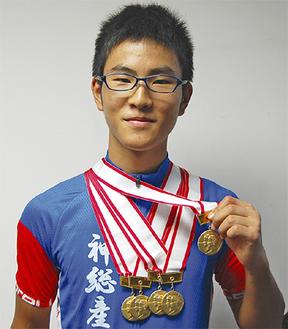 獲得したメダルを手にする鈴木薫さん