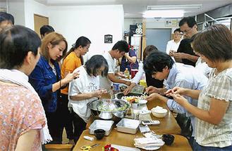 餃子を作り交流する参加者たち