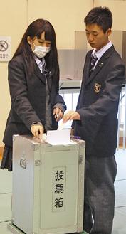 一票を投じる生徒