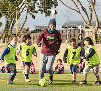 永里さんとのサッカーを楽しむ子どもたち