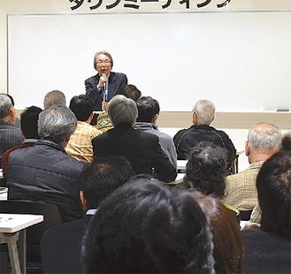 多くの参加者の前で語る朝賀氏
