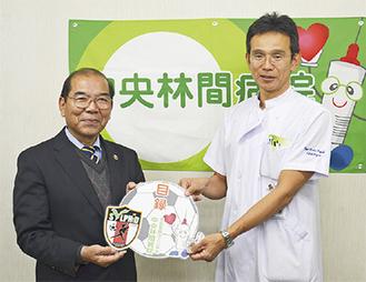 目録を手渡す木山院長(右)と加藤理事長