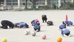 大和小ではグラウンドで児童たちが訓練に参加