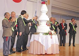 歴代会長による55周年バースデイケーキ入刀