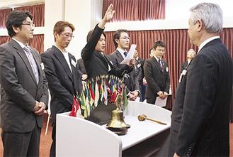 井出孝ガバナーの前で宣誓する支部代表の古川さん