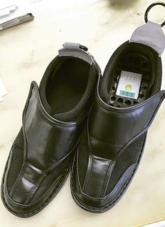 中敷きの下に小型GPS端末が設置できる靴
