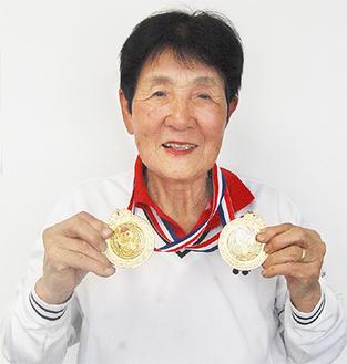 2つの金メダルを手に笑顔の中丸さん