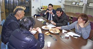 試食をしながら、メニュー開発するメンバーたち
