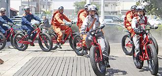 ファットバイクに乗る隊員