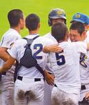 仲間と抱き合い喜ぶ川島選手(右端)