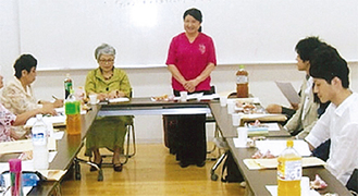挨拶をする上原代表(中央右)
