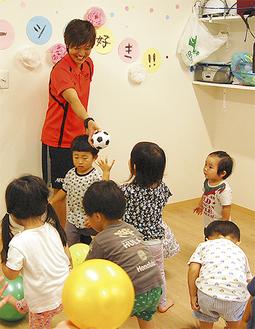 ボール遊びをする園児と小野寺さん