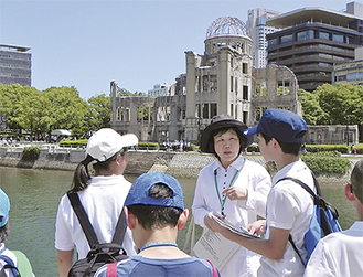 原爆ドームを見学する子どもたち