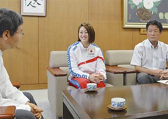 大木市長に報告する青木選手(中央)と野口会長(右端)