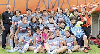 優勝をかけたプレーオフ進出を決め喜ぶ選手たち(7月9日撮影・チーム提供写真)