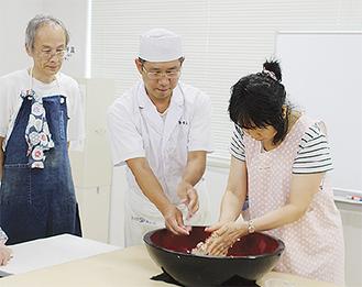 粉をこねる前の「水回し」から体験する受講者たち