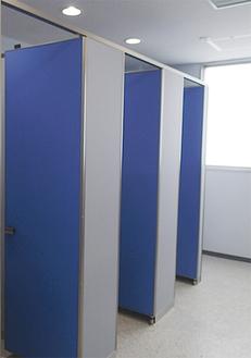 小便器がなく、個室のみが設置されている男子トイレ