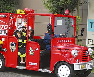 消防服を着てミニ消防車で出動