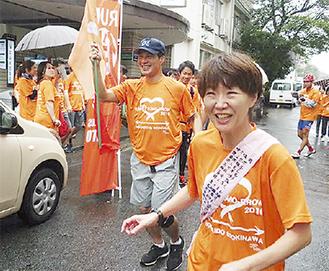 おそろいのオレンジ色のTシャツで走る(昨年の様子)