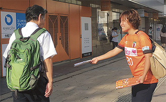 大和駅前で来場を呼び掛ける阿部主将(右)