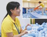 「手箕」でボールをかき出し(右上)、雑巾で拭く