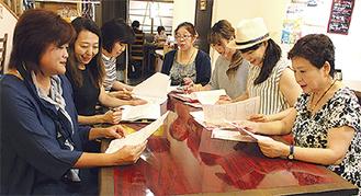 金井さん(左端)を中心に打ち合わせをするメンバー
