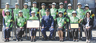 受賞を小林署長(前列中央)に報告。(前列右から3人目が小菅会長)