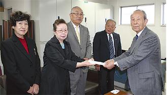 寄付をわたす佐藤春子女性部長